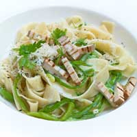 Pasta carbonara style with green beans and