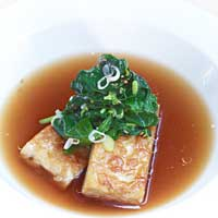 Tempeh with sesame spinach in a spicy broth,