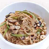 Chinese noodles with green vegetables and cashews,